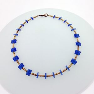 Collana di perle in vetro ed elementi in metallo